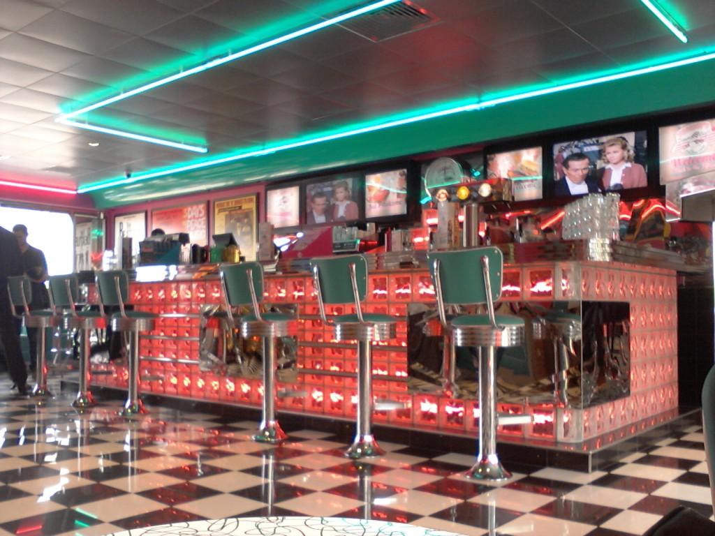 """""""Back to the 50's"""" : tel est le thème de la déco très vintage du Tommy's diner."""