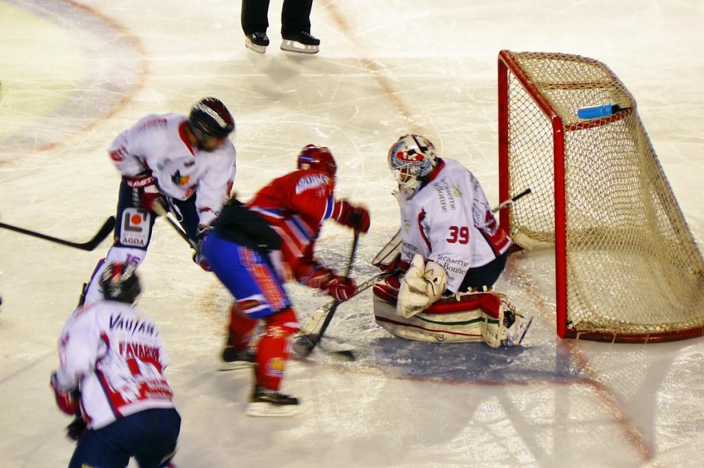 Les Lions (Lyon, en rouge), opposés aux brûleurs de Loups (Grenoble).