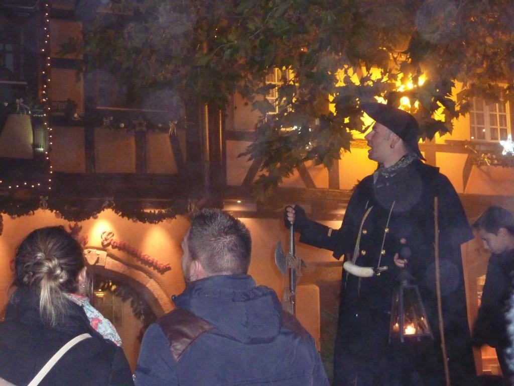 Suivez le veilleur de nuit pour visiter le village !