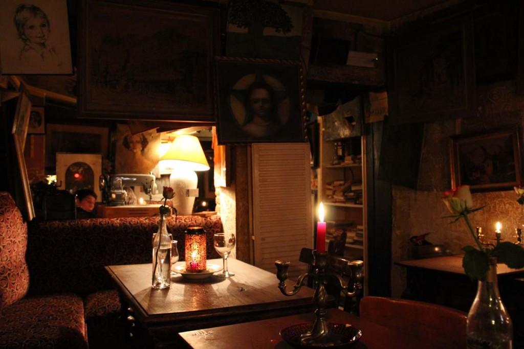 Le bar Le Goupil Le Fol offre une ambiance tamisée.