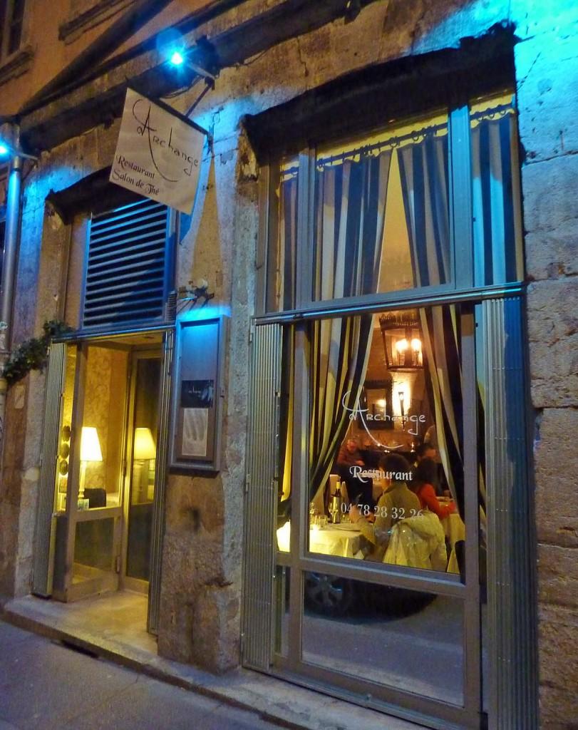 Le restaurant L'Archange se situe rue Hippolyte Flandrin, dans le 1er arrondissement.